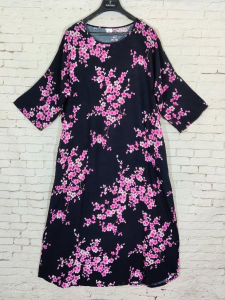 Прогулочное платье из штапеля с розовыми соцветиями